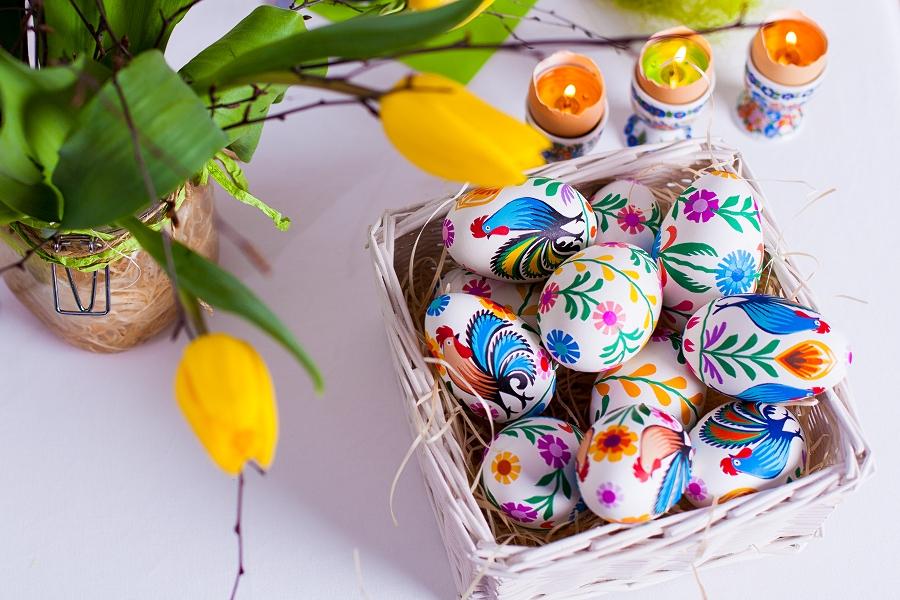 Tradycyjne ręcznie wyklejanie pisanki łowickie - wycinanki na gęsim jaju