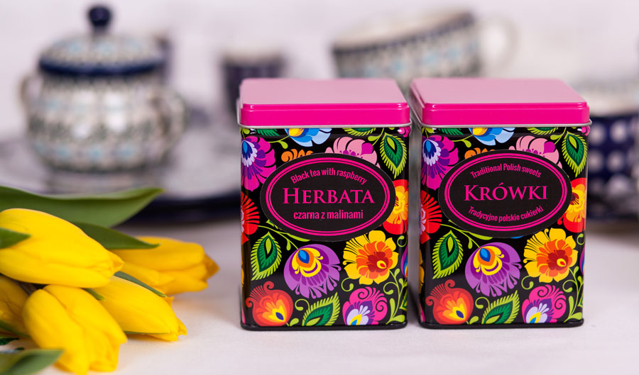Herbata i krówki zapakowane w eleganckie puszki z wzorem łowickim