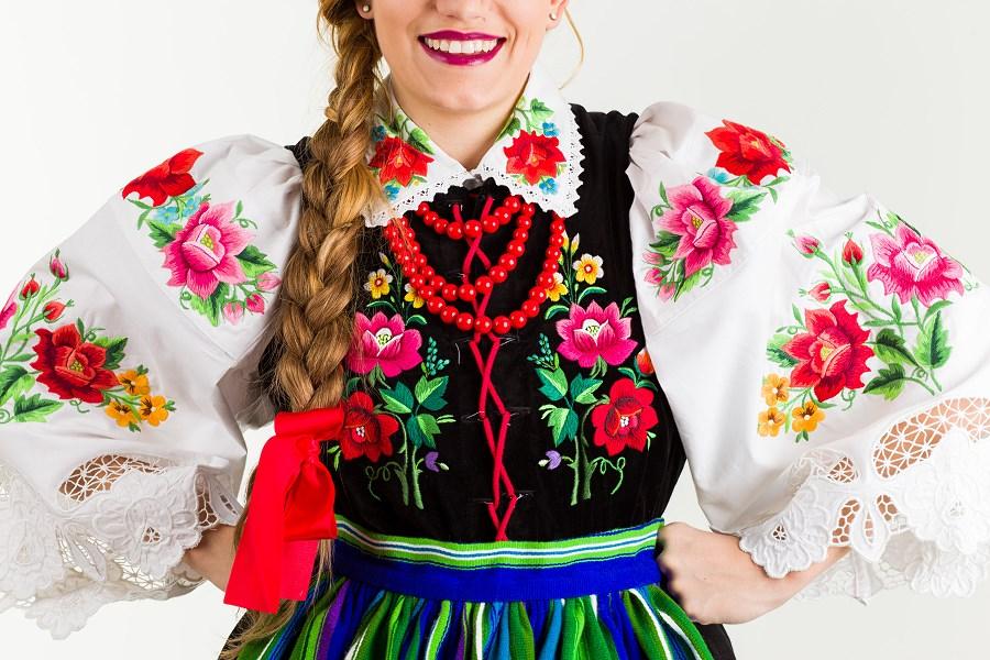 Tradycyjny haft łowicki na damskim stroju ludowym