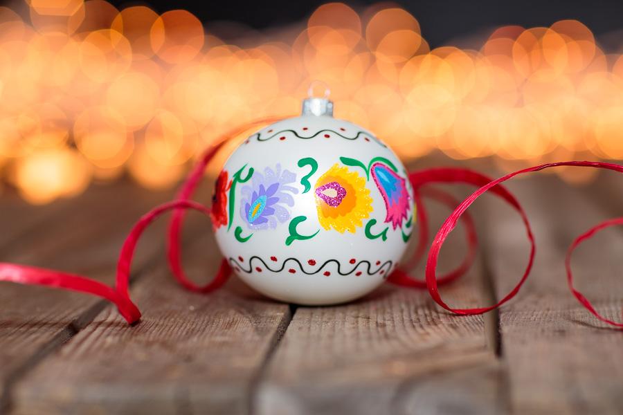 Szklana bombka ręcznie malowana z łowickim wzorem