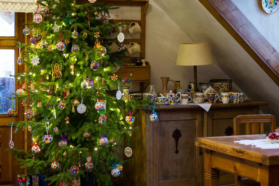 Folk ozdoby choinkowe na świątecznym drzewku