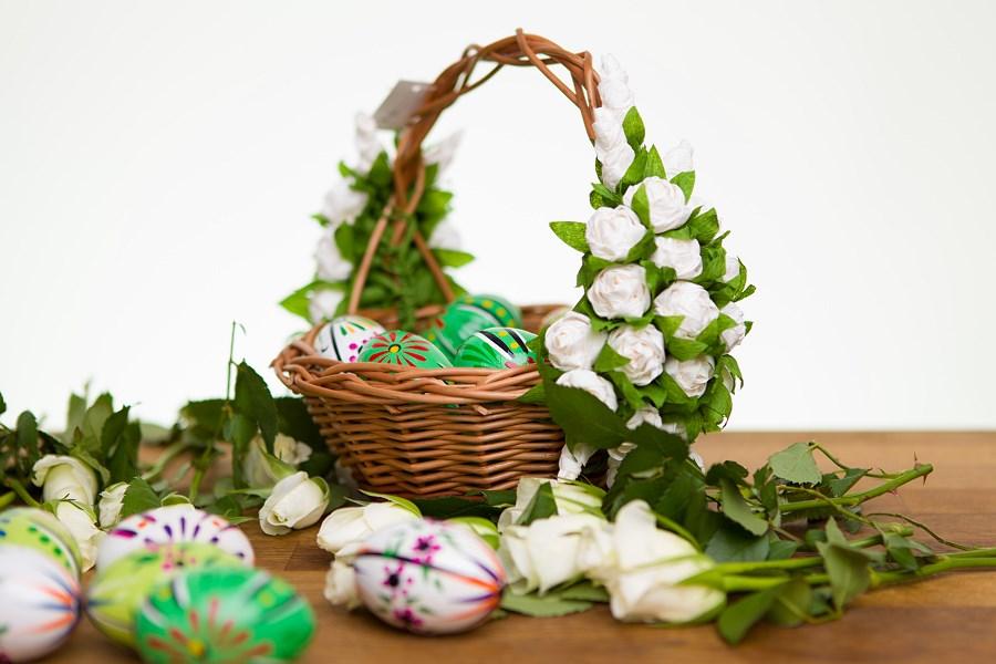 Koszyk wielkanocny zdobiony kwiatami z bibuły