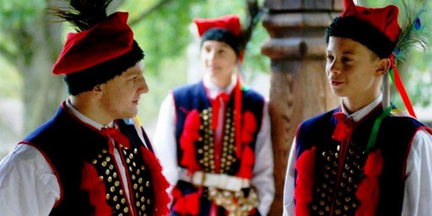Krakowiacy w stroju ludowym