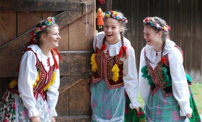 Dziewczęta w strojach krakowskich