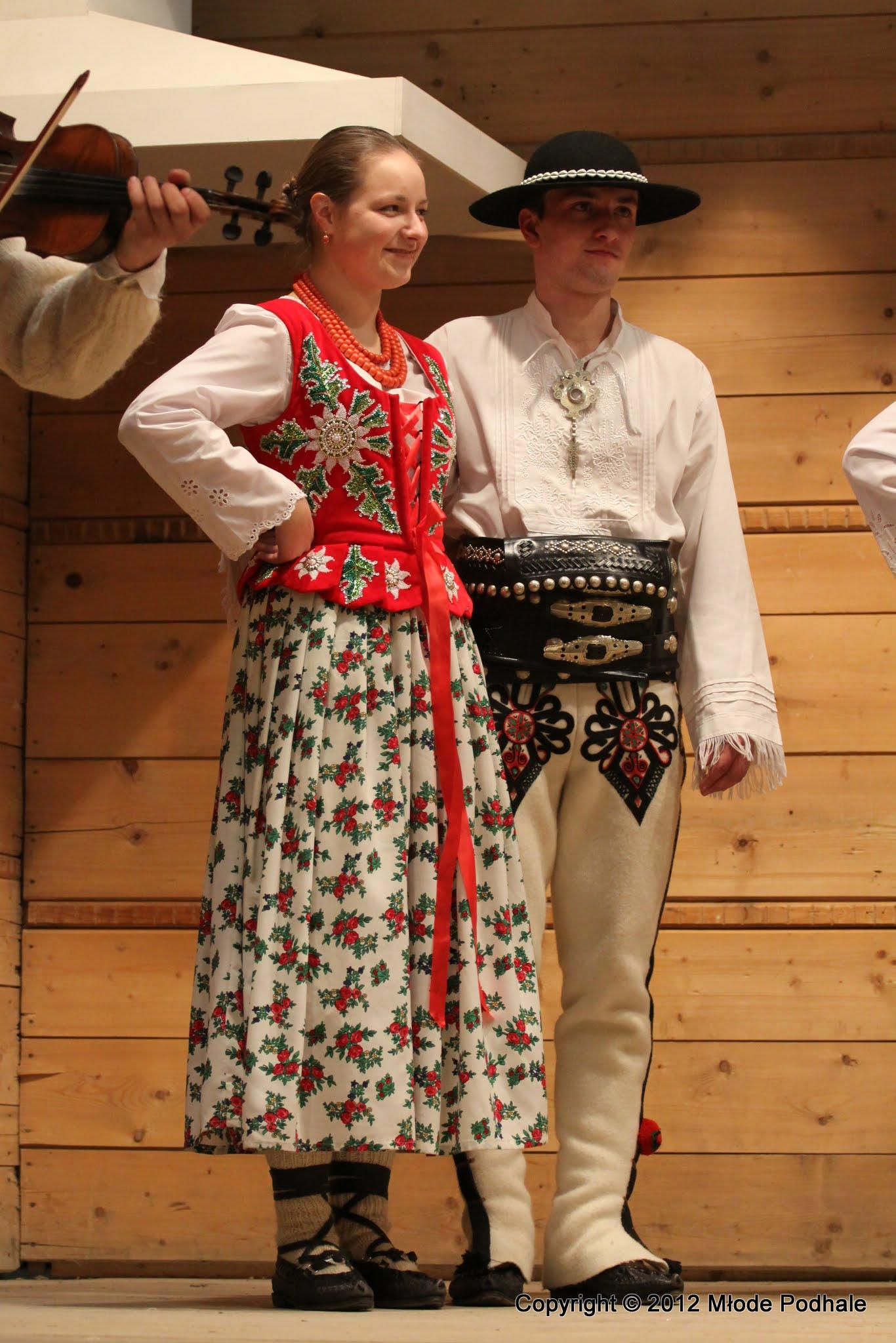 Członkowie zespołu ludowego Młode Podhale w góralskich strojach ludowych