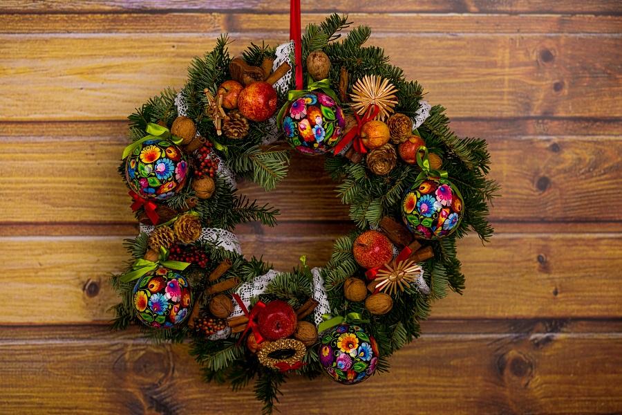 Bożonarodzeniowy wieniec z folk bombkami