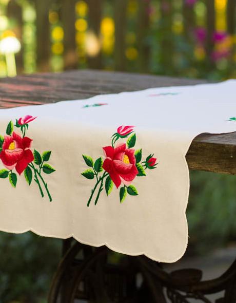 Obrus biały haftowany na stół wigilijny