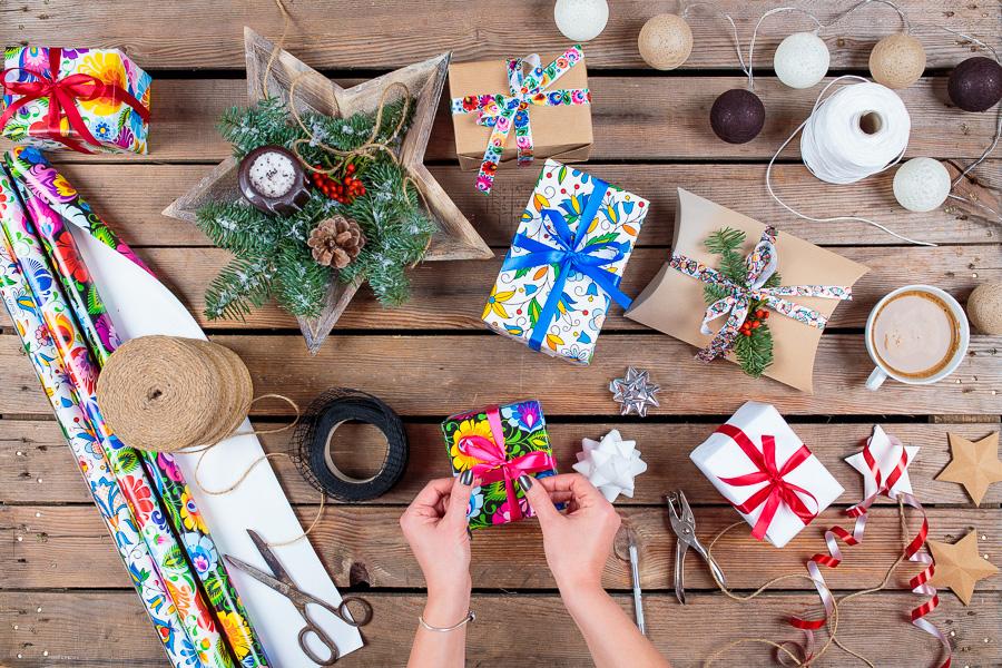 Papier prezentowy w ludowe wzory na Boże Narodzenie