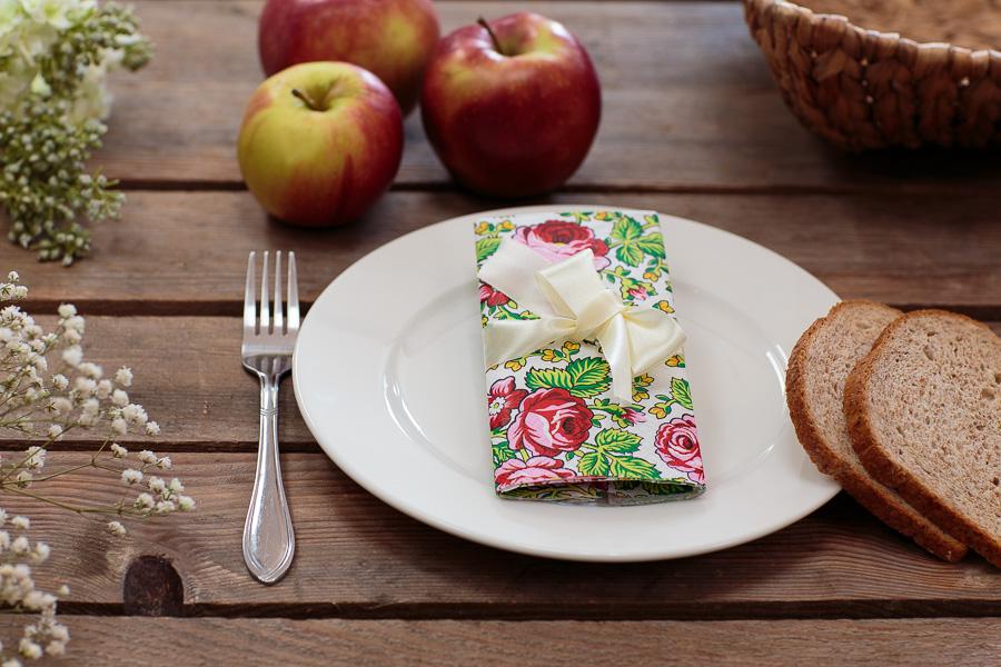 Papierowe serwetki w ludowe wzory jako dekoracja świątecznego stołu