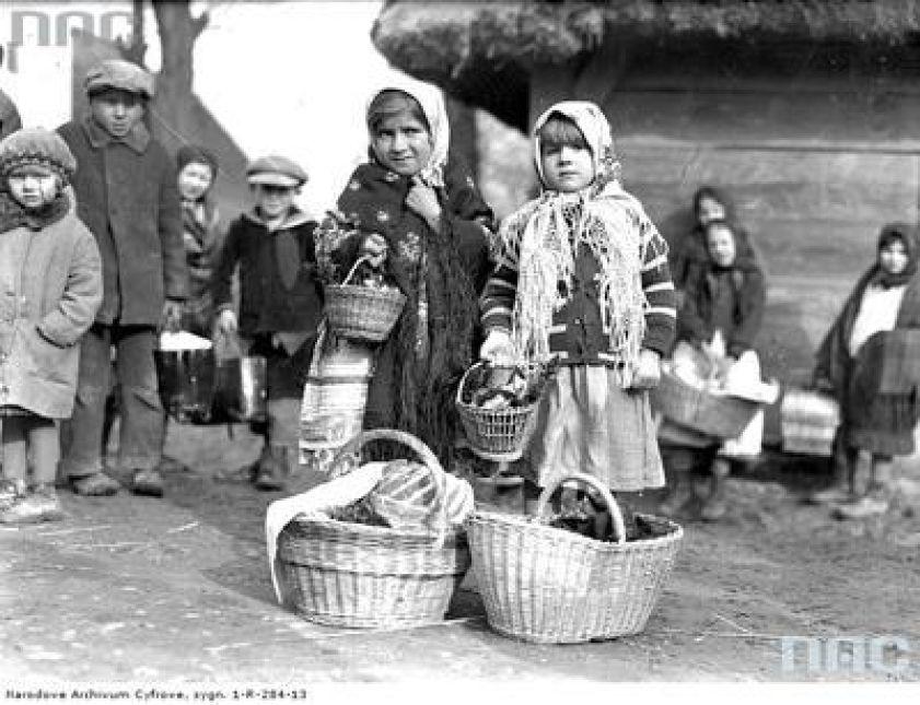 Dzieci z małymi koszyczkami i dużymi koszami