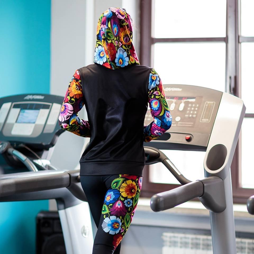 Zestaw do fitnessu: bluza i legginsy w wersji folk.