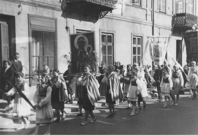 Obchody Bożego Ciała w tradycyjnych strojach z regionu sieradzkiego