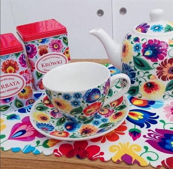 Krówki i herbata, w towarzystwie folkowej filiżanki.