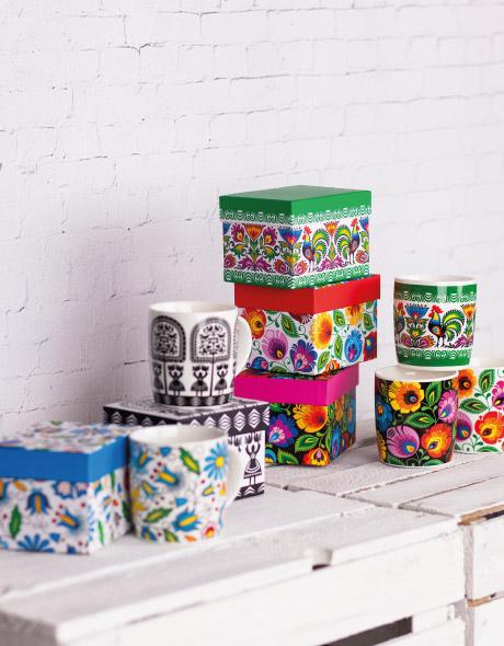 Kubki w pudełku w tradycyjne wzory ludowe.