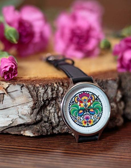 Zegarek na skórzanym pasku w folkowe wzory.