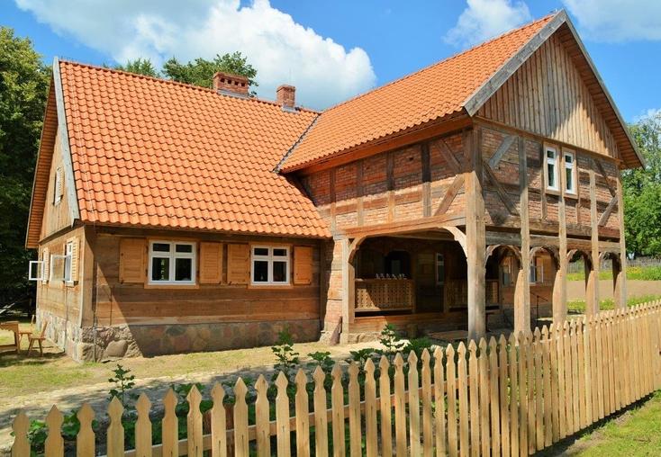 Skansen gromadzi zabytki drewniane z terenu m.in. Warmii i Mazur