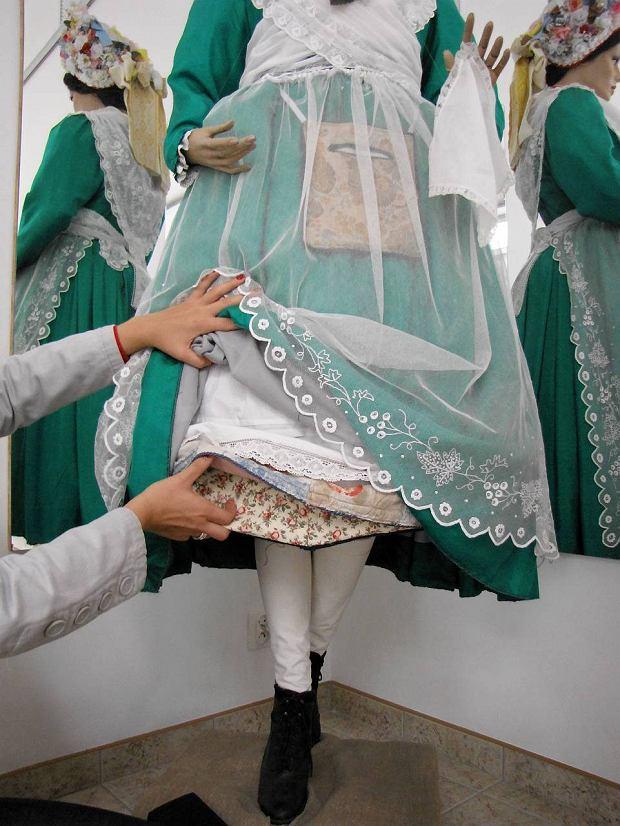 Warstwy odświętnego stroju bamberskiego panny