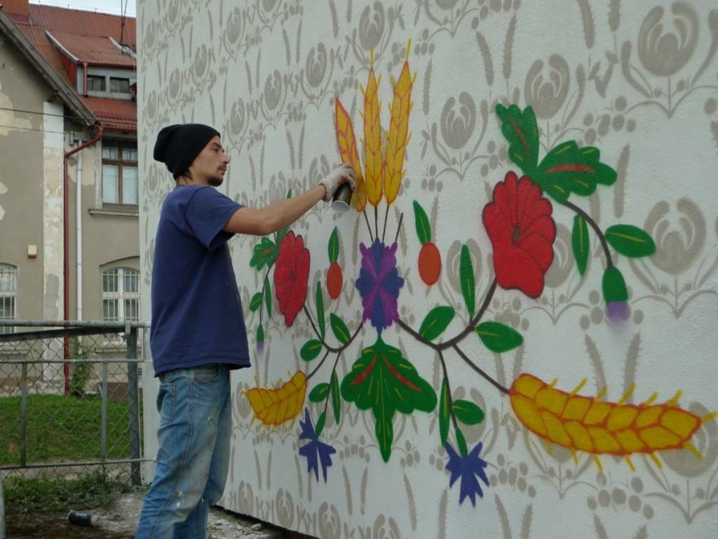 Praca nad muralem w Morzeszczynie haft kociewski