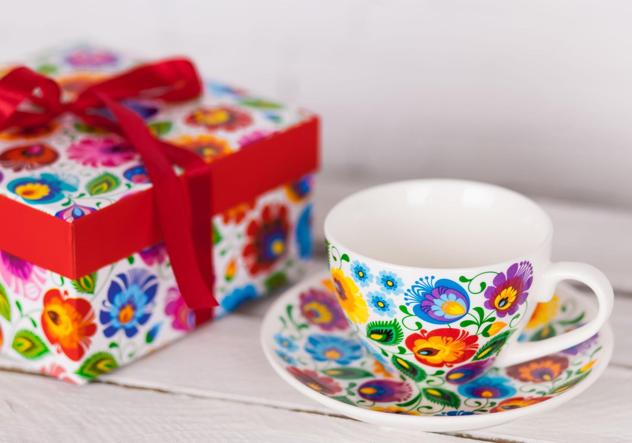 Ozdobna filiżanka w kwiaty z łowickiej wycinanki w pudełku prezentowym - pomysł na prezent na Dzień Kobiet