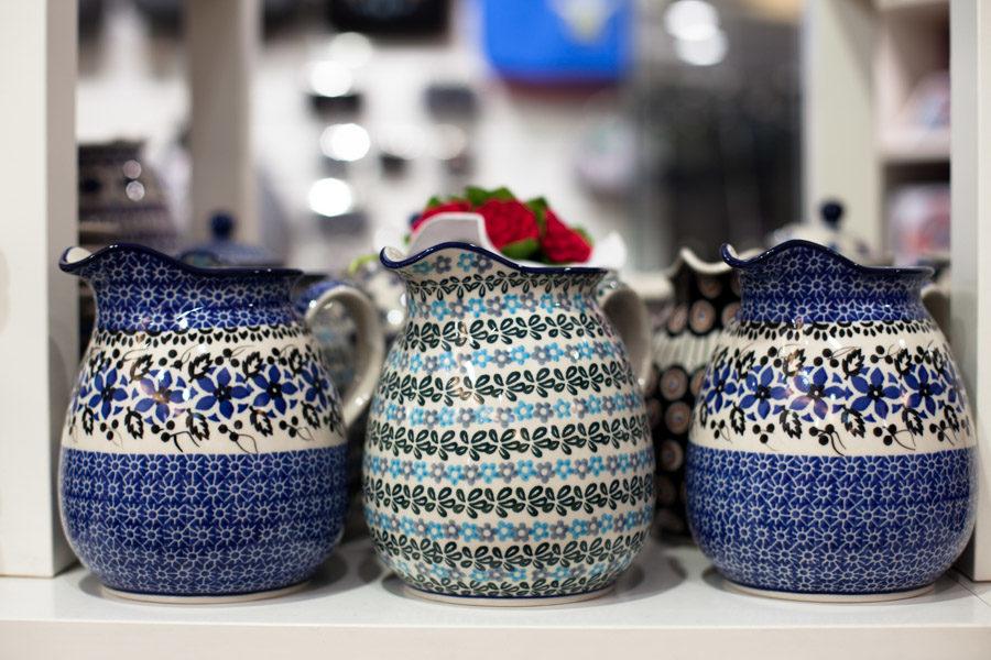 Ceramika Bolesławiec - dzbanki we wzory polnych kwiatów i kwiecistych rozet