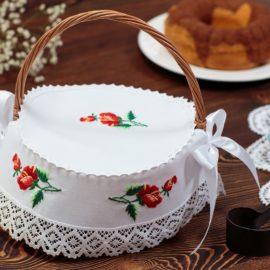 Tradycyjna ręcznie haftowana serwetka do wielkanocnego koszyczka