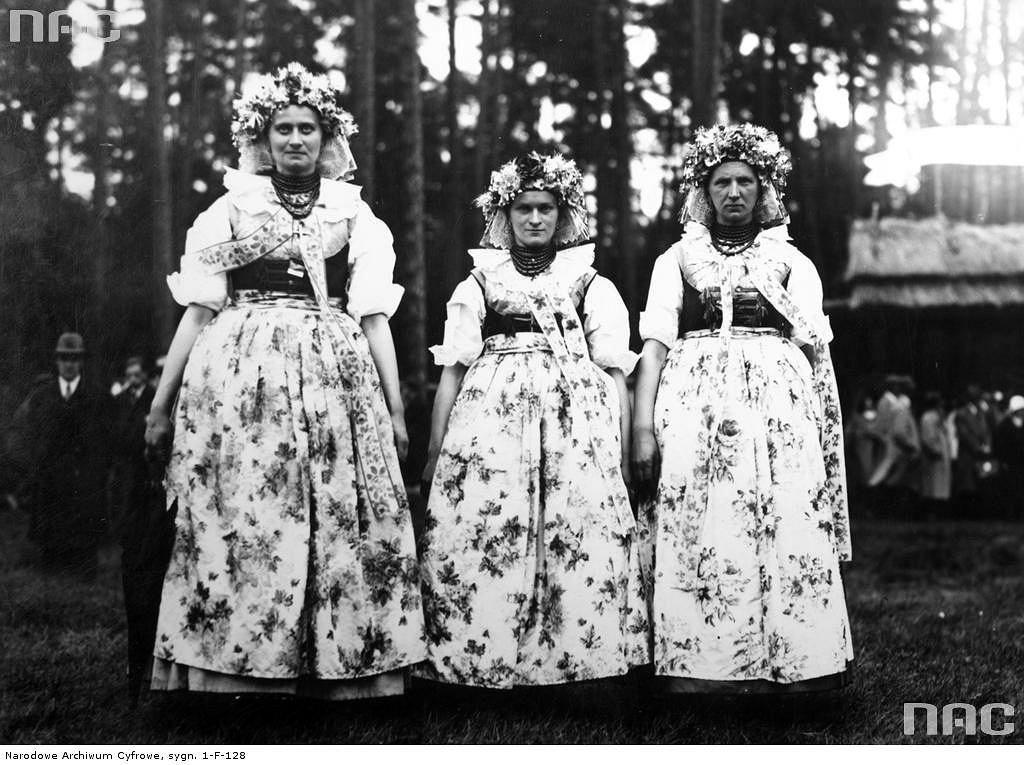 Trzy kobiety prezentują strój ludowy z regionu Górnego Śląska