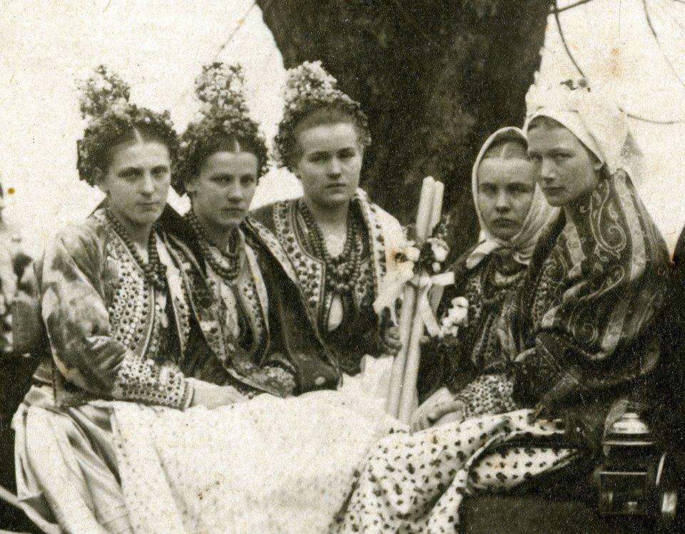 Panny z wiankami i mężatki