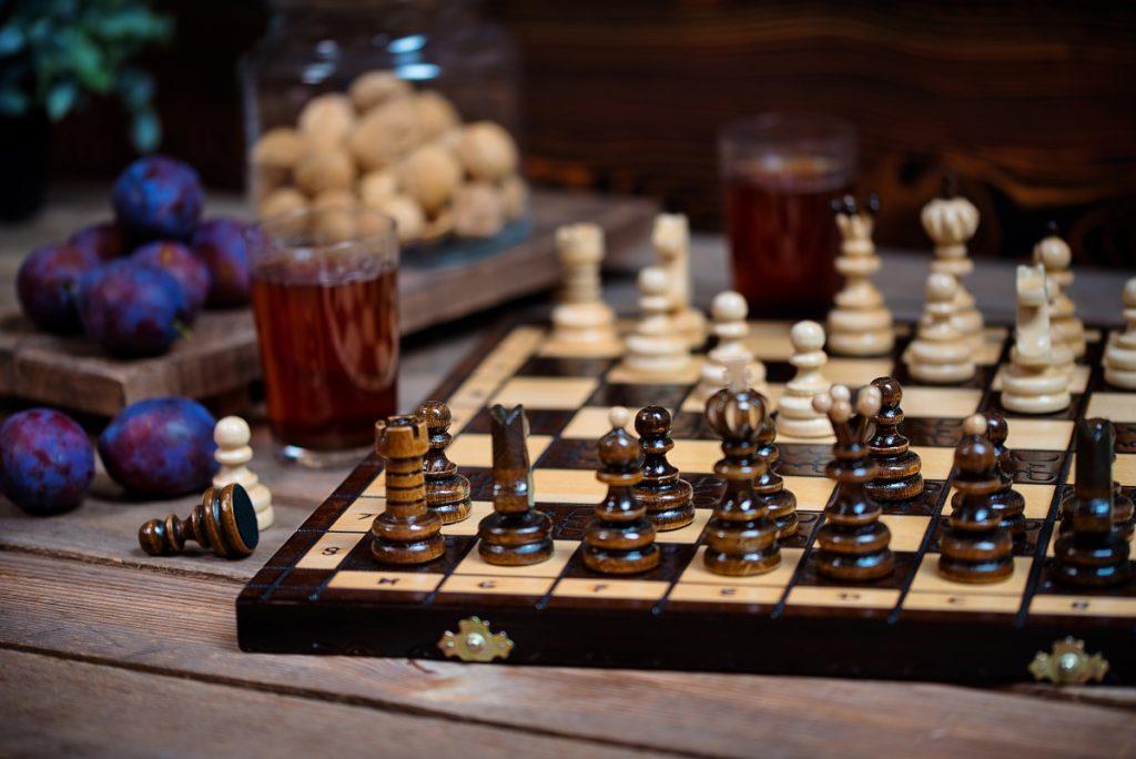 Tradycyjne drewniane szachy - pomysł na prezent na Dzień Ojca