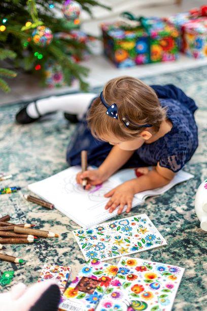 Idealnym prezentem dla wszystkich małych artystów są folk naklejki i kolorowanki