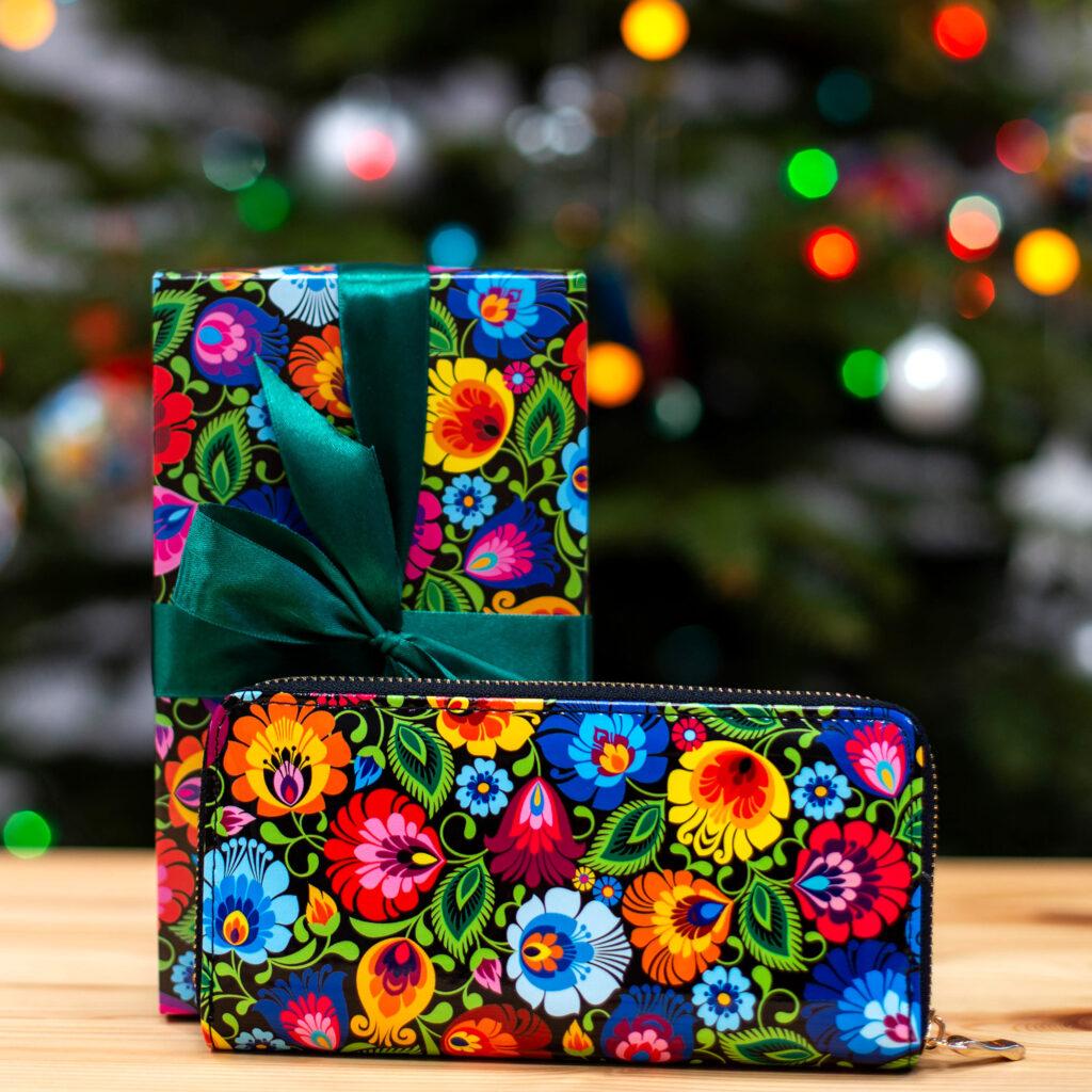 Uniwersalny pomysł na folkowy prezent - portfel w łowickie wzory