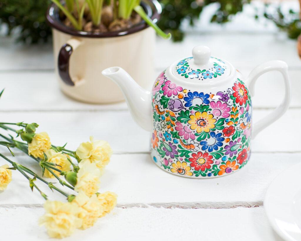 Elegancki pomysł na prezent na Dzień Kobiet - ceramiczny dzbanek w opolskie ludowe kwiaty