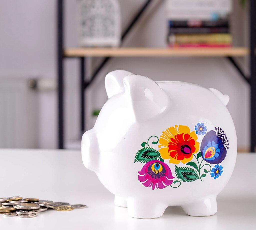 Świnka skarbonka w kwiaty z łowickich wycinanek - pomysł na prezent na Dzień Kobiet