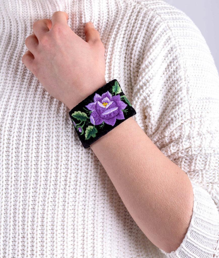 Prezent na Dzień Kobiet - haftowana biżuteria