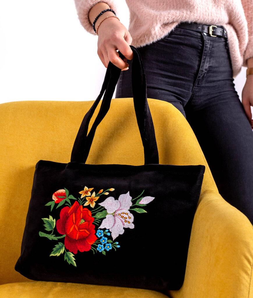 Ręcznie haftowana torba  - elegancki prezent na Dzień kobiet