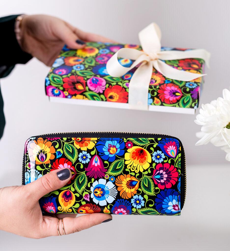 Pomysł na gotowy prezent na Dzień Kobiet  - portfel w łowickie wzory w ozdobnym pudełku.