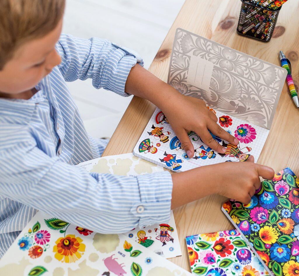 Układanie historii przy pomocy folk naklejek - pomysły na zabawy z dziećmi w domu