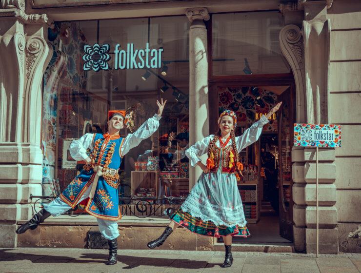 """Zpit AGH """"Krakus"""" im Wiesława Białowąsa przed sklepem Folkstar na ulicy Grodzkiej 14 w Krakowie"""