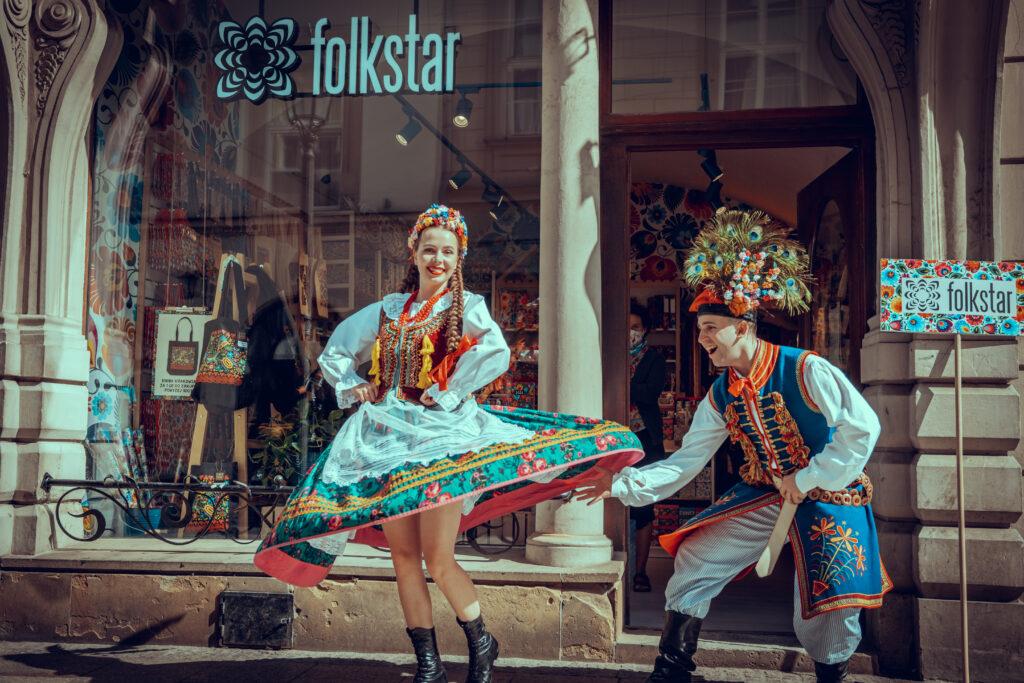 Zespół Krakus przed sklepem Folkstar na ulicy Grodzkiej 14 w Krakowie